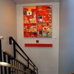 oljemålningar i den blå trappuppgången med röd brandvarnare